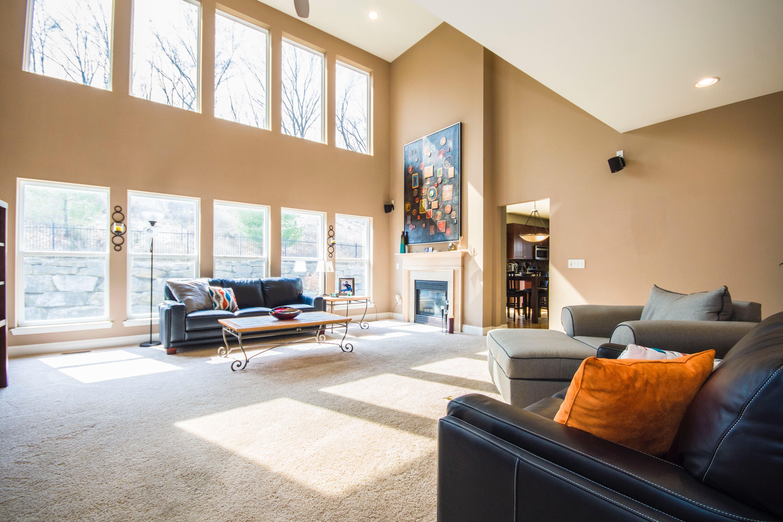 világos nappali szép bútorokkal,sok ablakkal