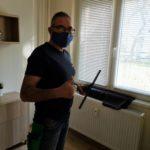 ablakpucoló tisztítás közben maszkban